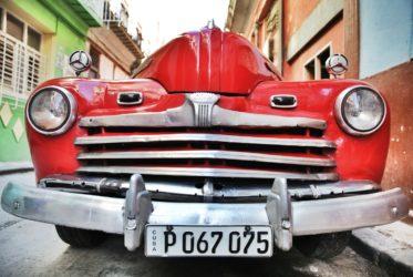 Habana_vieja_un_coche_antiguo.JPG