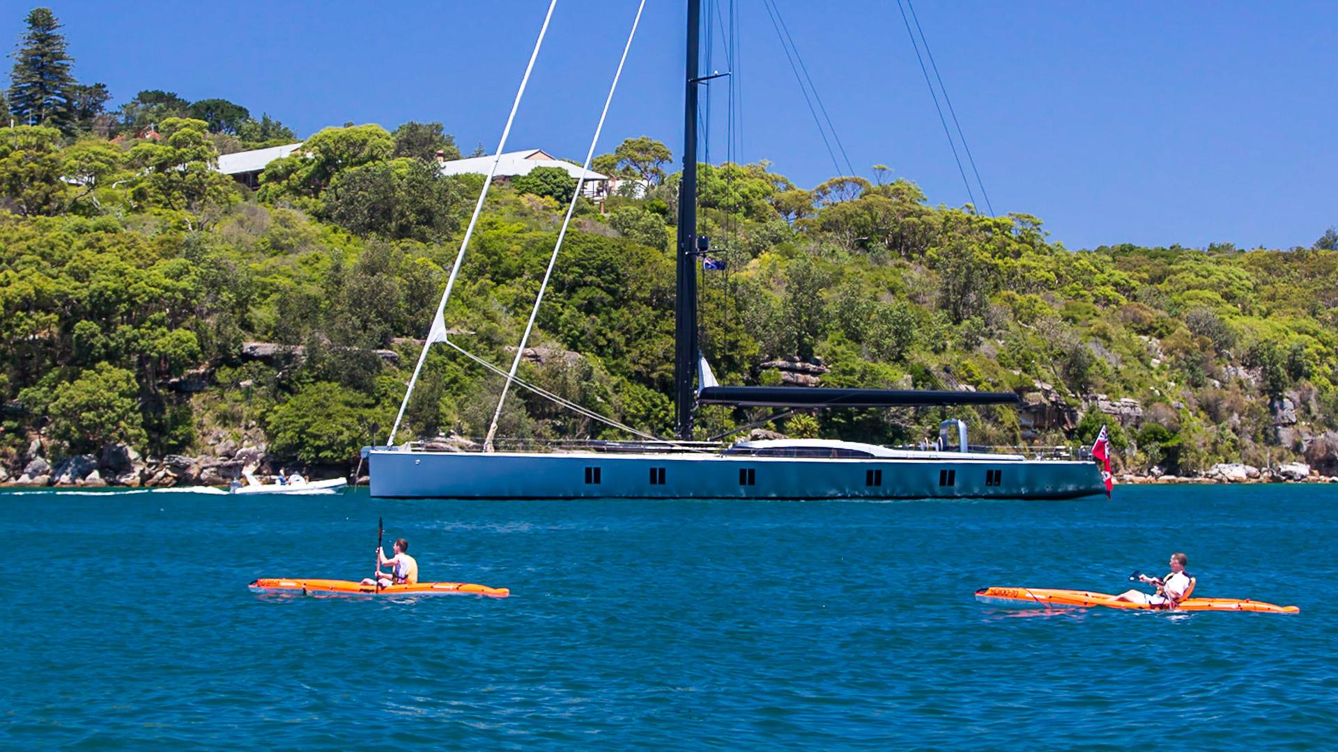 Jacht Rupperta Murdocha w jednaj z zatok w Sydney