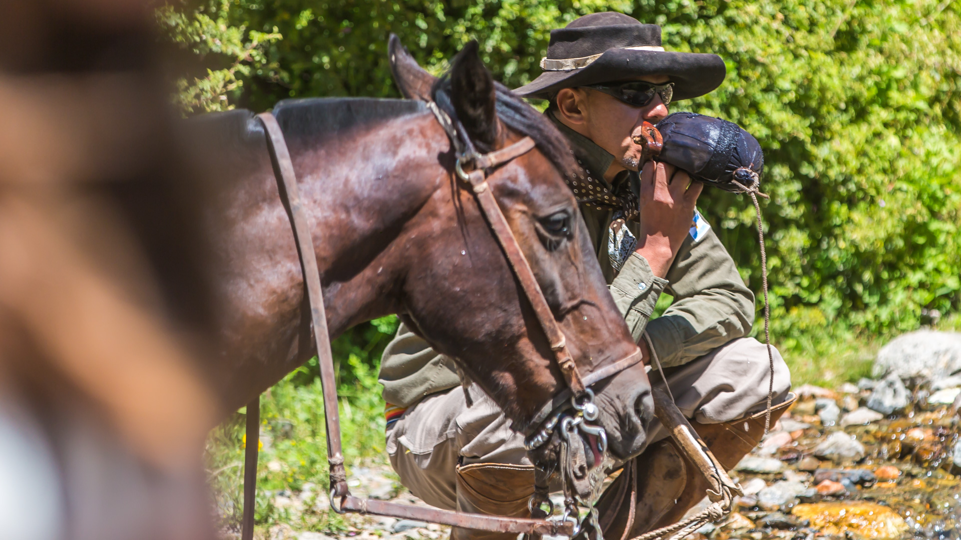 Gaucho i jego koń u wodopoju. Cabalgata2017