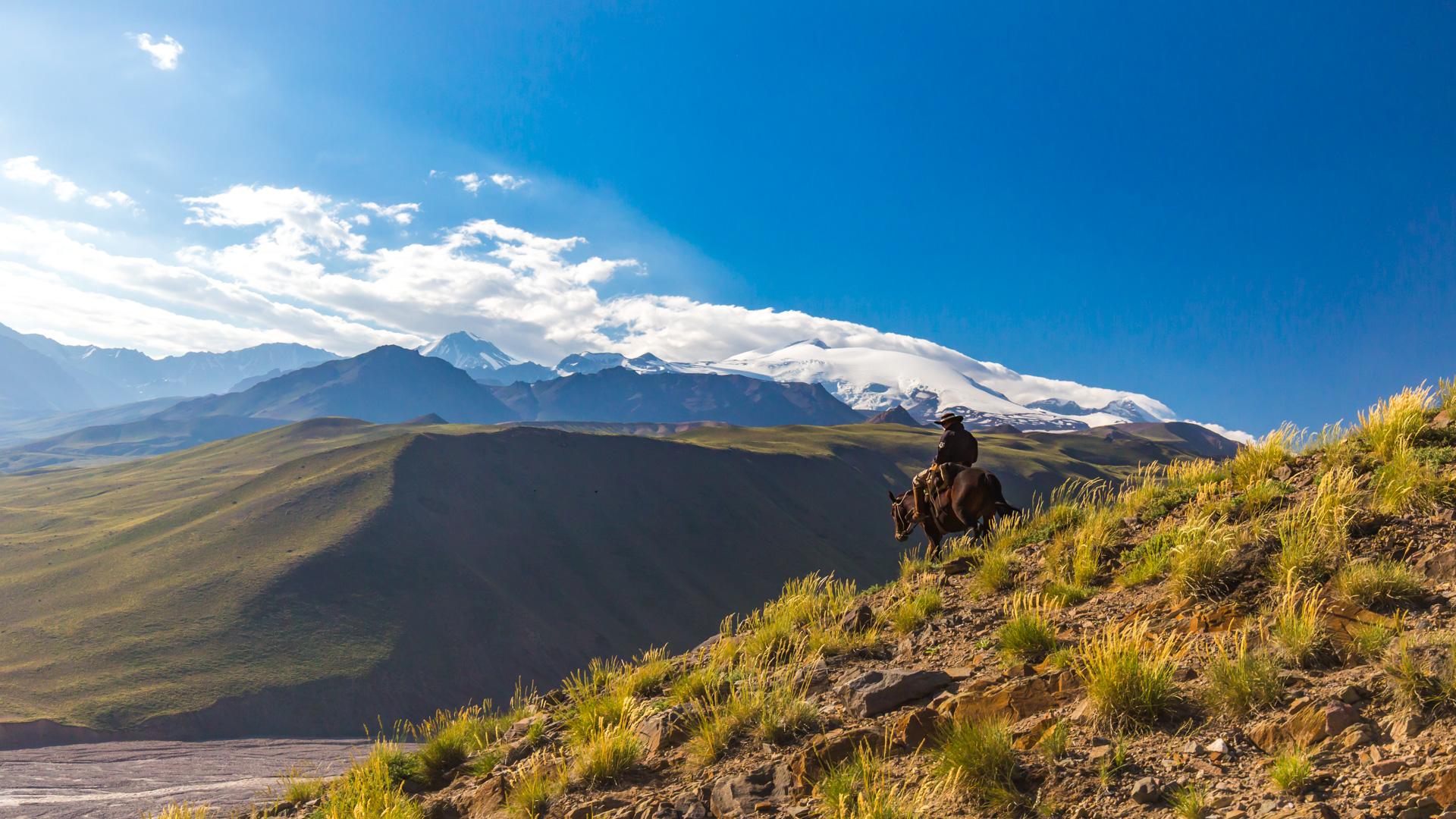 Widok na wulkan Tupungato przed zejściem do Real de la Cruz. Schronu armii Argentyńskiej