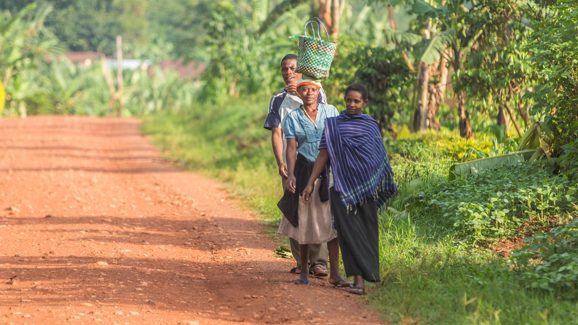 Ugandyjczycy w drodze do ...